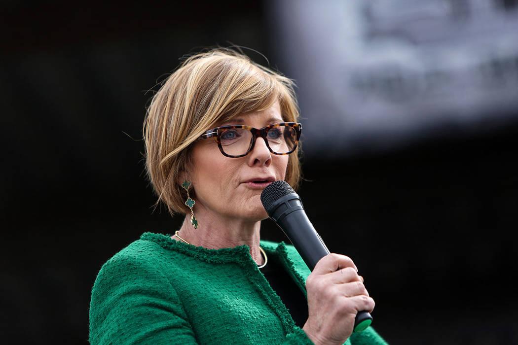 """La Representante Susie Lee, D-Nev., fundadora de la tropa """"Girl Scouts 41"""", habla en una exhibi ..."""