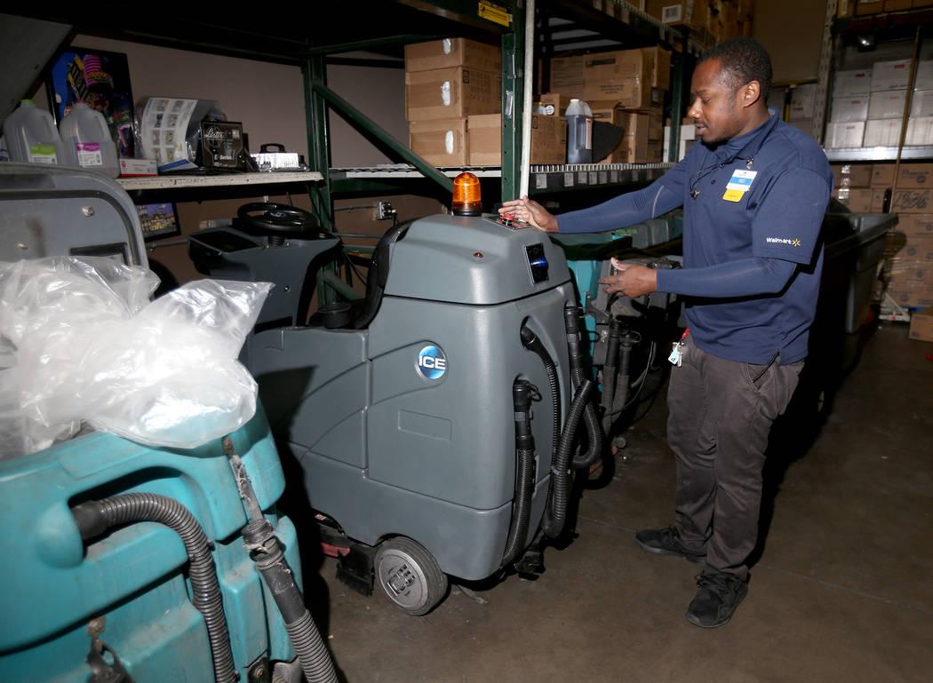 El co-administrador, Rio Bryant, muestra al Review-Journal el limpiador de pisos autónomo que ...