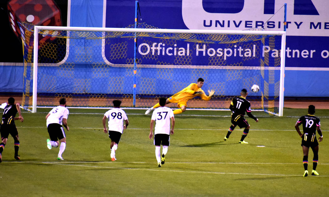 Momento en que Irvin Parra (11) anota el segundo gol mediante un tiro penal, en el triunfo de L ...