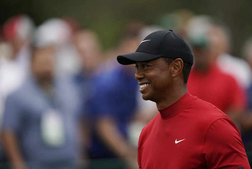 Tiger Woods sonríe al salir del séptimo tee durante la ronda final del torneo de golf Masters ...