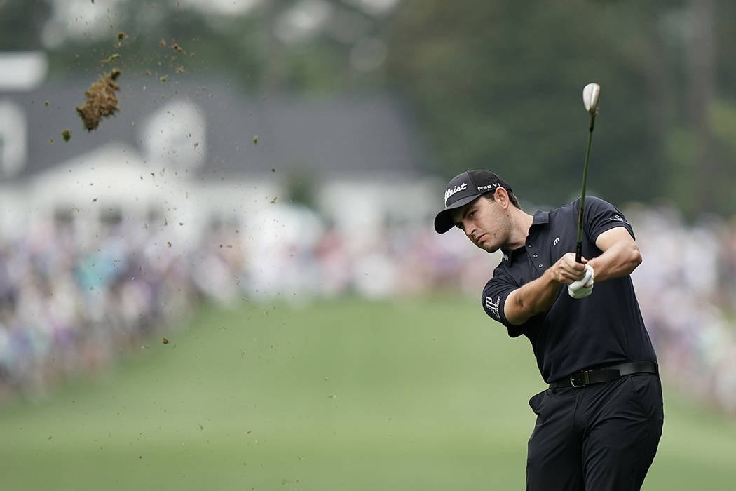 Patrick Cantlay golpea en el primer hoyo durante la ronda final del torneo de golf Masters, el ...