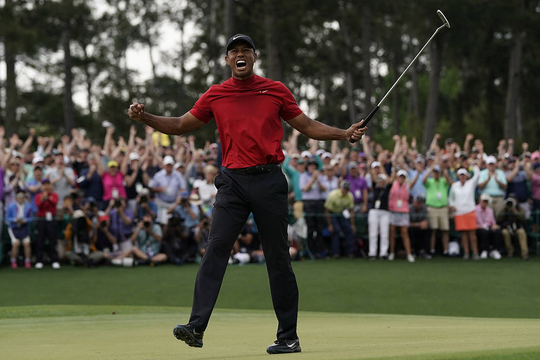 Tiger Woods reacciona cuando gana el torneo de golf Masters el domingo 14 de abril de 2019 en A ...