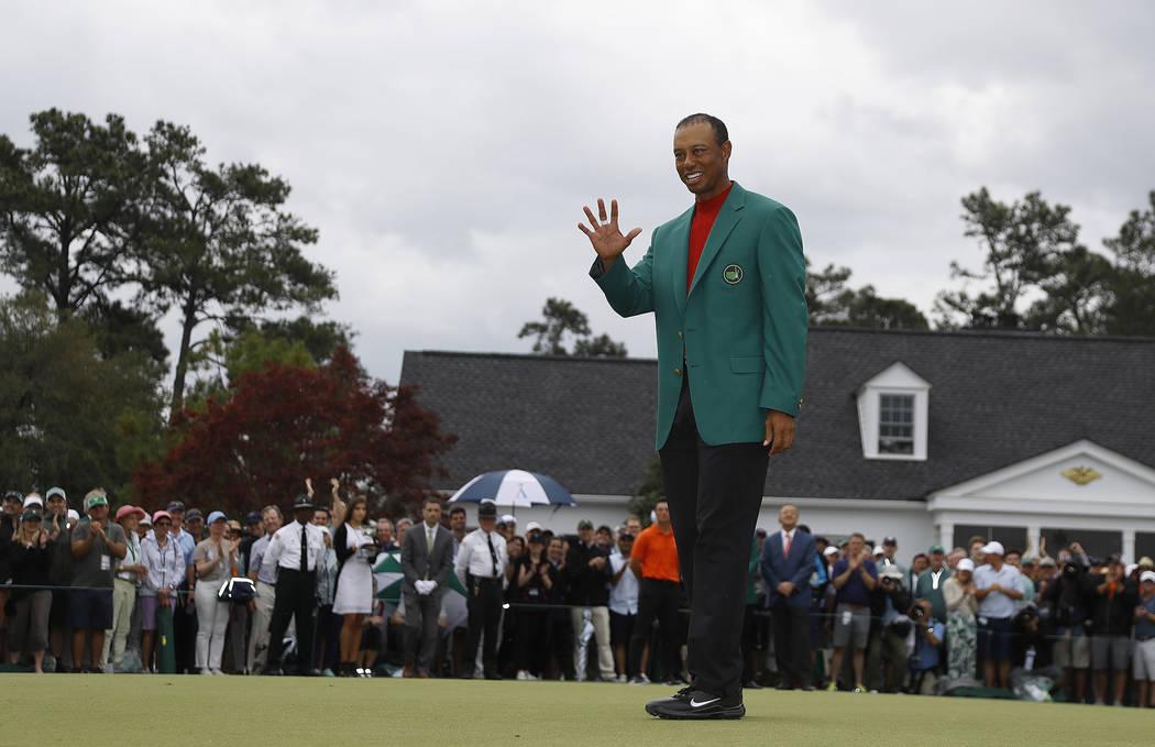 Tiger Woods usa su chaqueta verde después de ganar el torneo de golf Masters el domingo 14 de ...