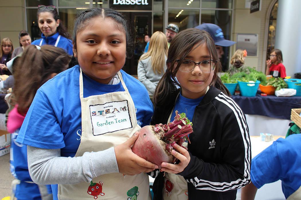 Las niñas muestran orgullosas de su betabel de 2 libras cosechado esa misma mañana. Viernes 1 ...