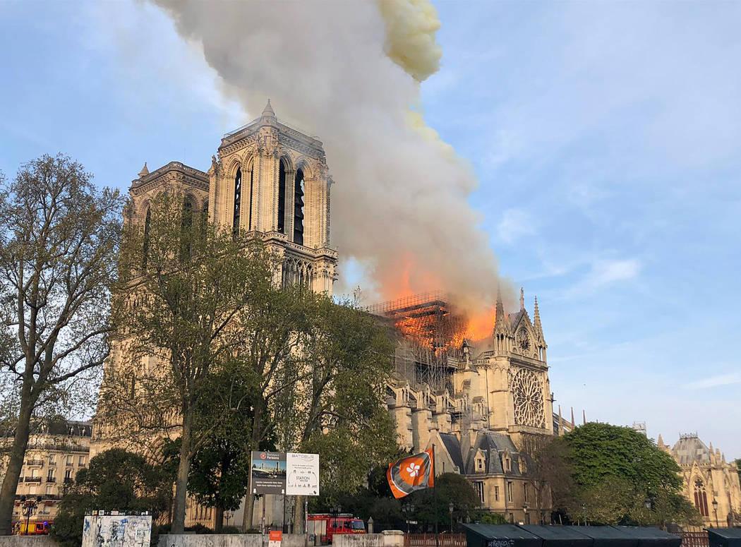 Las llamas se elevan desde la catedral de Notre Dame mientras arde en París, el lunes 15 de ab ...