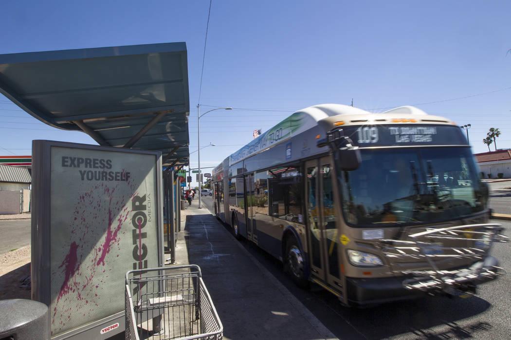 Un autobús de la Comisión Regional de Transporte sale después de una parada en la intersecci ...