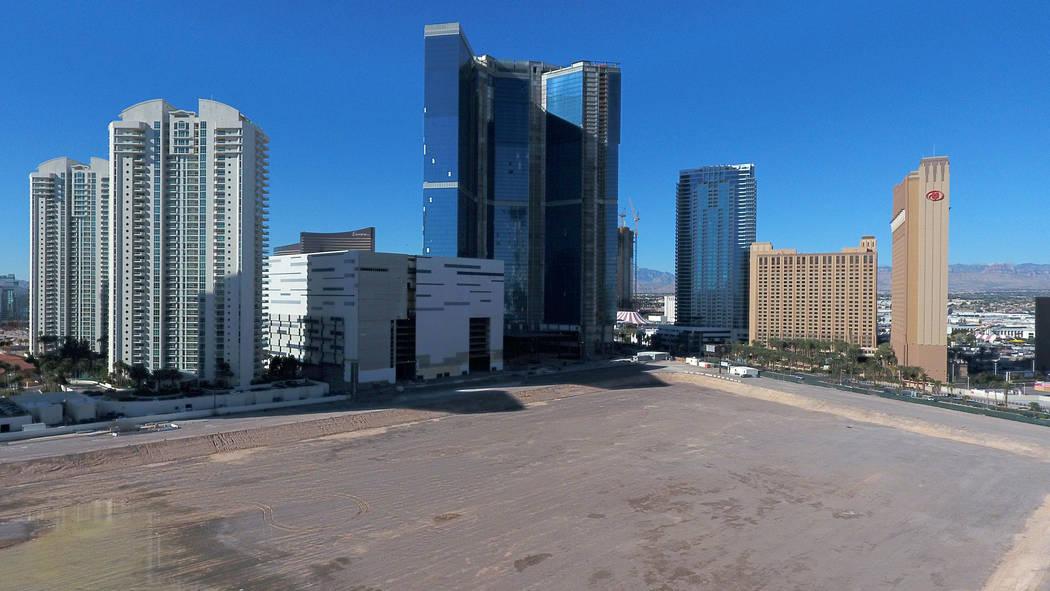 El Drew Las Vegas, centro, anteriormente el Fontainebleau, se ubica en el borde de la propiedad ...