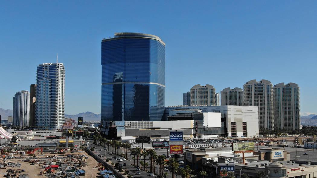 El Drew Las Vegas, centro, anteriormente el Fontainebleau, se encuentra sin terminar en el anti ...