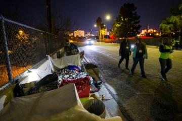 Los voluntarios encuentran personas sin hogar a lo largo de Veterans Memorial Drive durante el ...