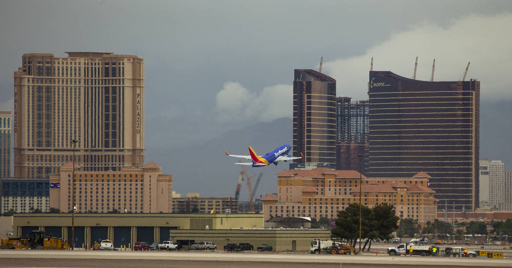 Un avión despega del Aeropuerto Internacional McCarran el martes 16 de abril de 2019, en Las V ...