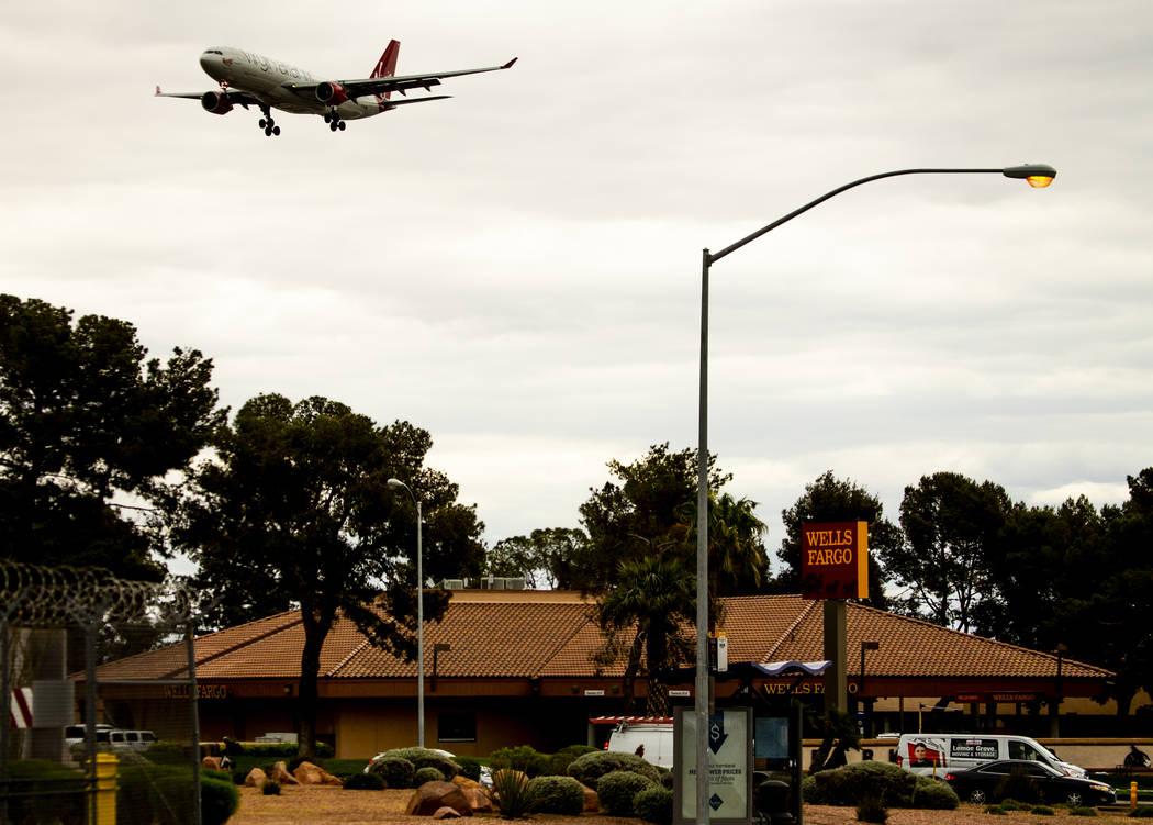 Un avión vuela bajo sobre el Wells Fargo Bank cerca del Aeropuerto Internacional McCarran el m ...