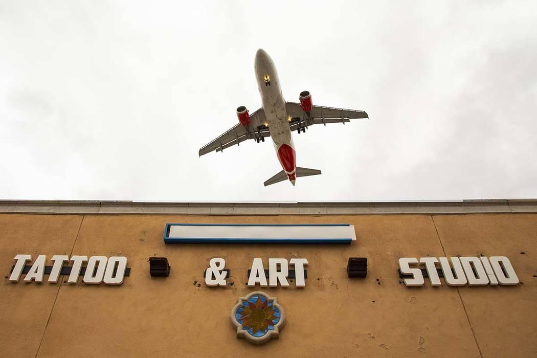 Un avión vuela bajo sobre los Estudios Lokahi cerca del Aeropuerto Internacional McCarran el m ...