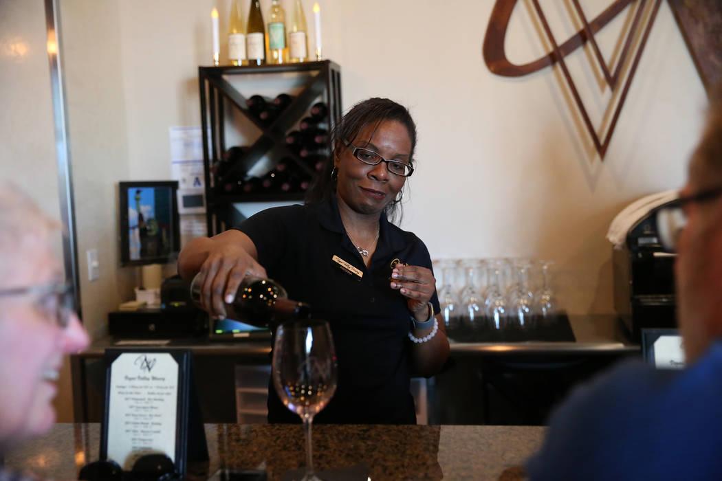 Regina Johnson sirve una copa de vino para un cliente en Vegas Valley Winery en Henderson, el s ...
