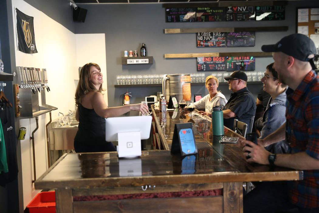La gerente de la oficina, Amber Barkley, a la izquierda, habla con los clientes de Bad Beat Bre ...