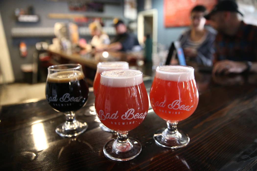 Sirviendo cervezas en Bad Beat Brewing en Henderson, sábado 13 de abril de 2019. (/ Las Vegas ...