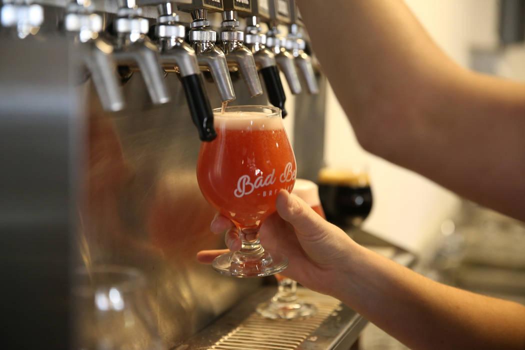 La gerente, Amber Barkley, sirve cervezas a los clientes de Bad Beat Brewing en Henderson, el s ...