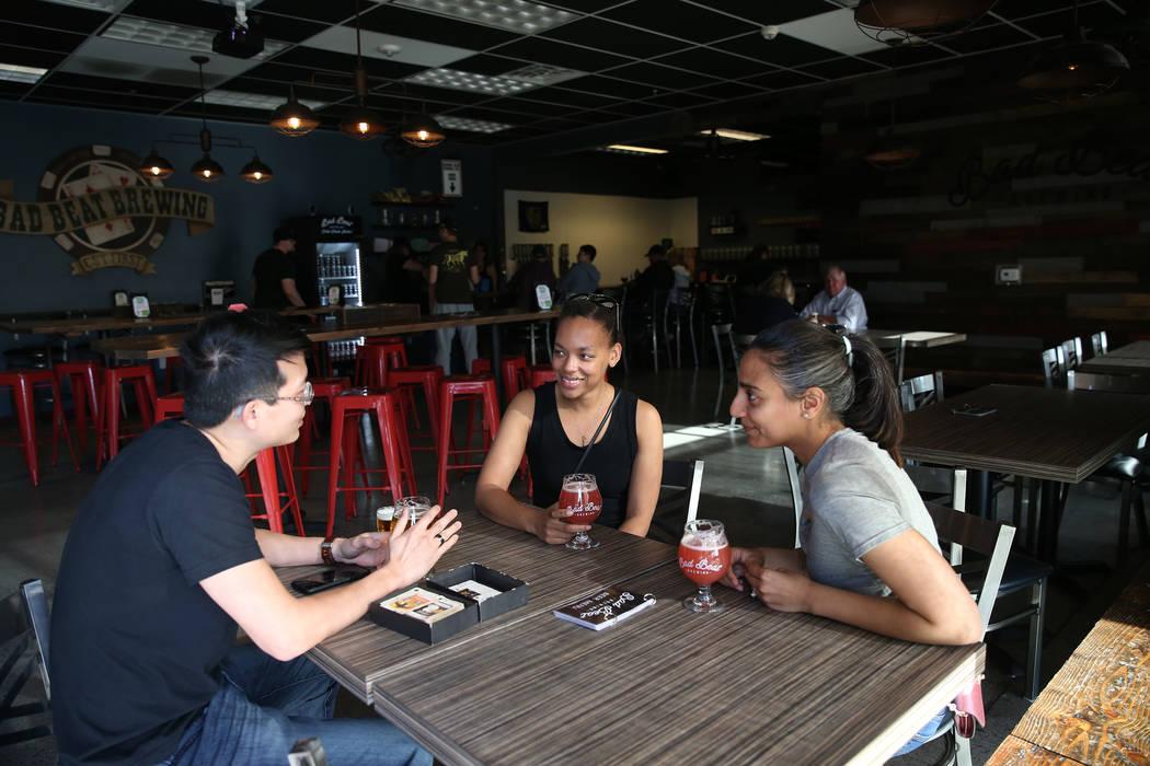 Steven Young, desde la izquierda, Alaina Geary y Jessica Pharar, en Bad Beat Brewing en Henders ...