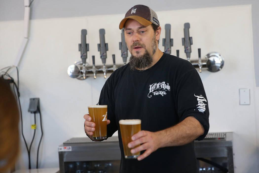 Allan Harrison, cervecero jefe de Astronomy Ale Works, sirve cervezas para clientes, en Henders ...