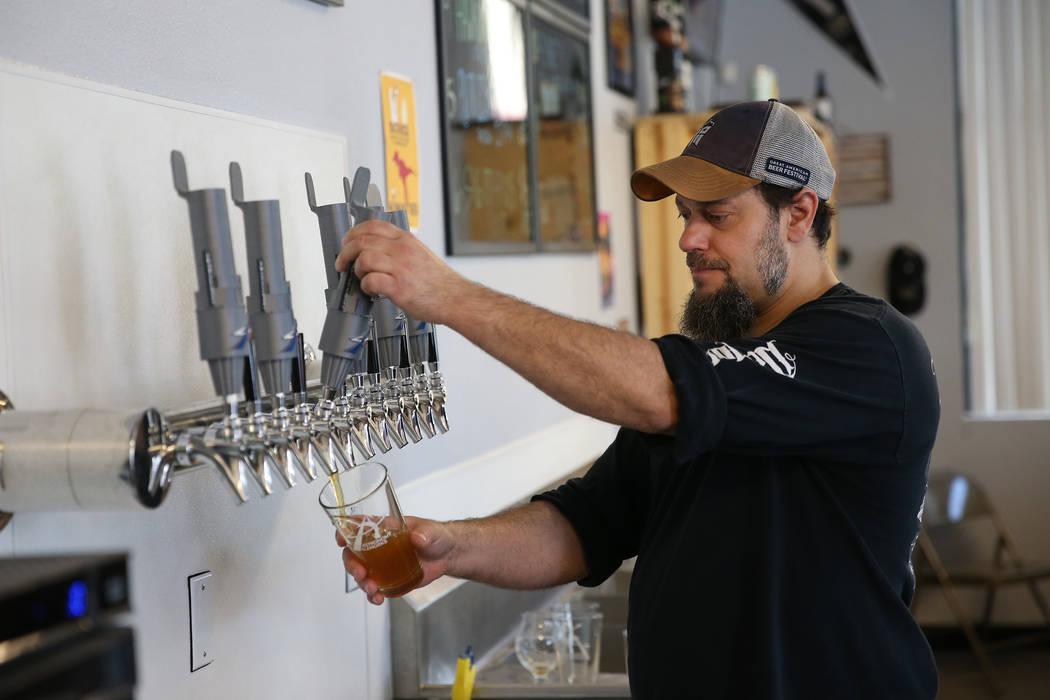 Allan Harrison, jefe de elaboración de cerveza en Astronomy Ale Works, sirve un vaso en Astron ...