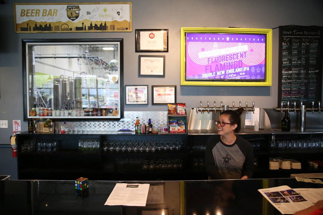 Se limpian tarros en la cervecería CraftHaus en Henderson, sábado 13 de abril de 2019. (Erik ...