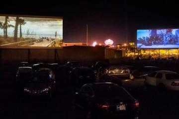 Espectadores observan Geostorm, a la izquierda y Bad Moms Christmas en Las Vegas Drive-In el do ...