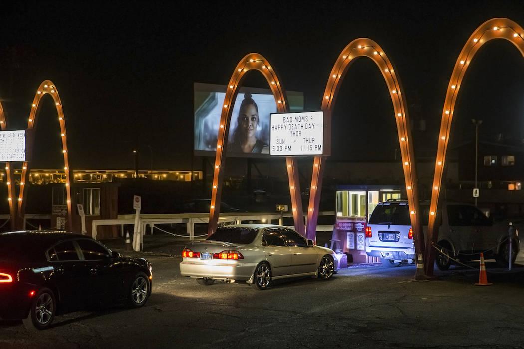 Espectadores esperan para ingresar a Las Vegas Drive-In el domingo 11 de noviembre de 2017. Ben ...