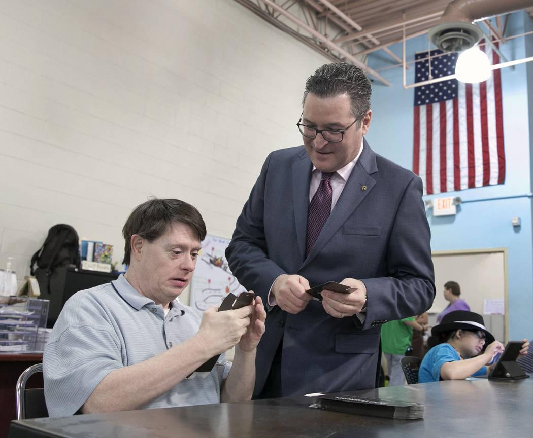 William O., a la izquierda, conversa con el vicepresidente de filantropía de Opportunity Villa ...