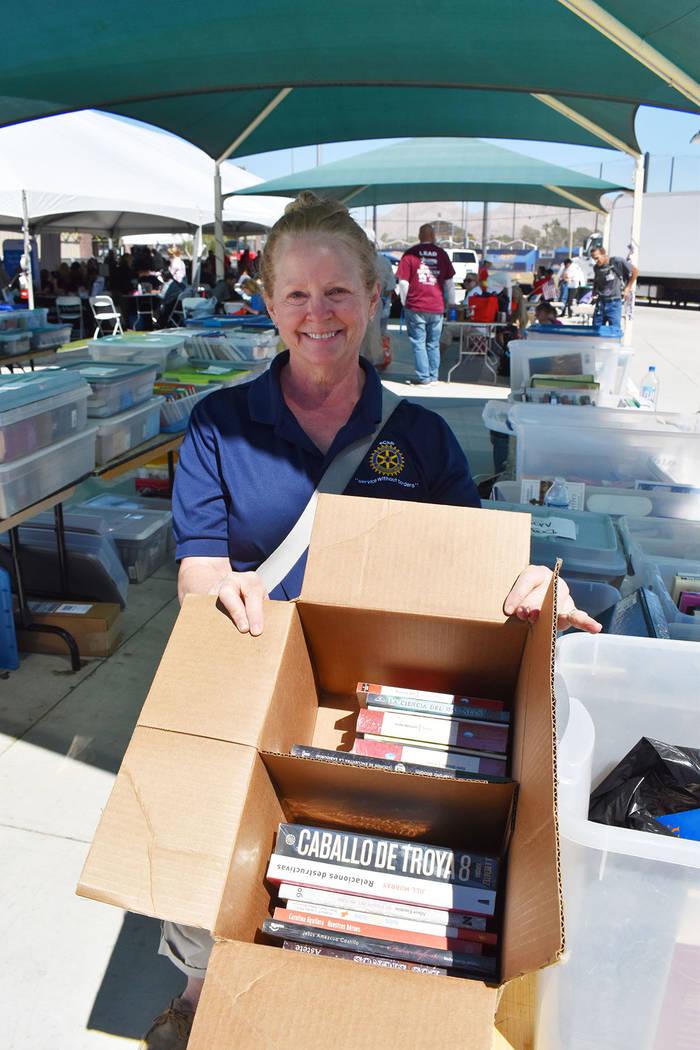 Maureen McKinley colaboró con libros para los veteranos, algunos de ellos en español, como lo ...