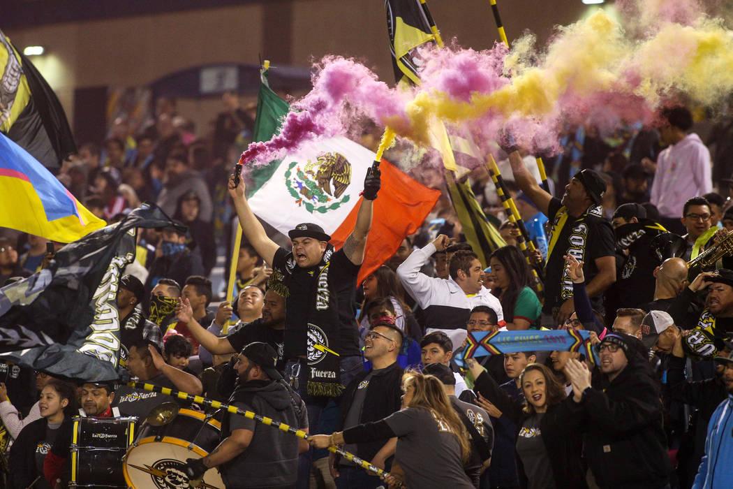 Fans de los Lights FC celebran el inicio de un partido de la United Soccer League contra Austin ...