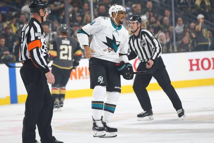 El ala izquierda de los San José Sharks, Evander Kane (9), es enviado a la casilla de penaliza ...