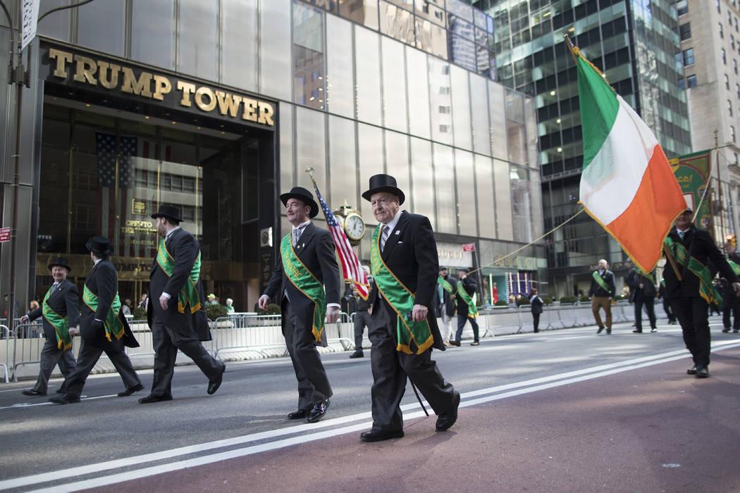 Los participantes marchan por 5th Avenue hasta la torre Trump durante el Desfile del Día de Sa ...
