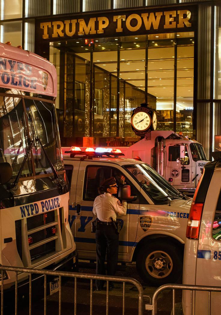 La guardia de la policía y camiones estacionados frente a la Torre Trump como medida de seguri ...