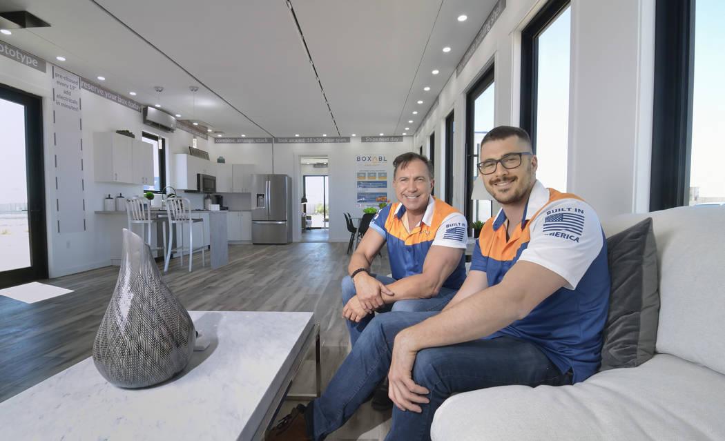 Paolo Tiramani, CEO de Boxabl y su hijo, Giliano Tiramani, jefe de desarrollo de negocios, se m ...