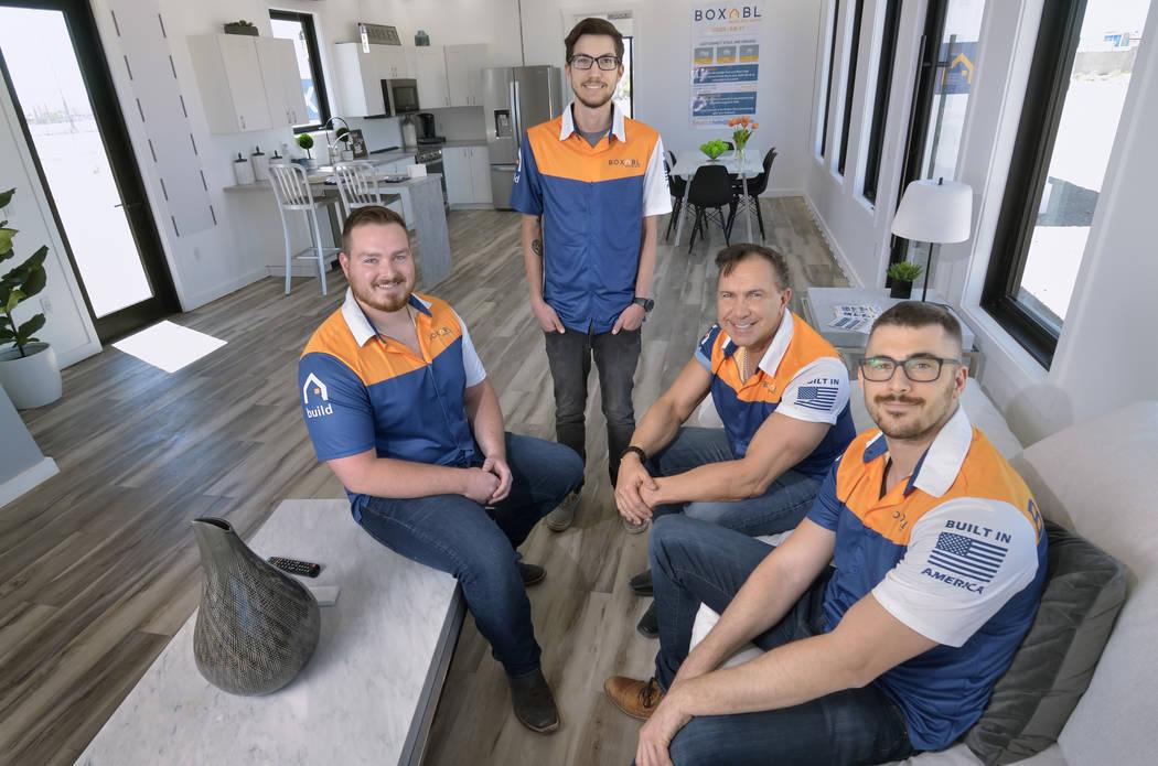 Miembros del equipo de Boxabl, desde la izquierda, Kyle Denman, ingeniero senior, Nathan Nouhan ...