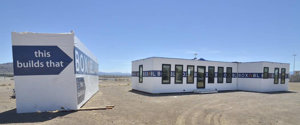 El exterior de una casa Boxabl se muestra a la izquierda en un lote cerca de las oficinas de la ...