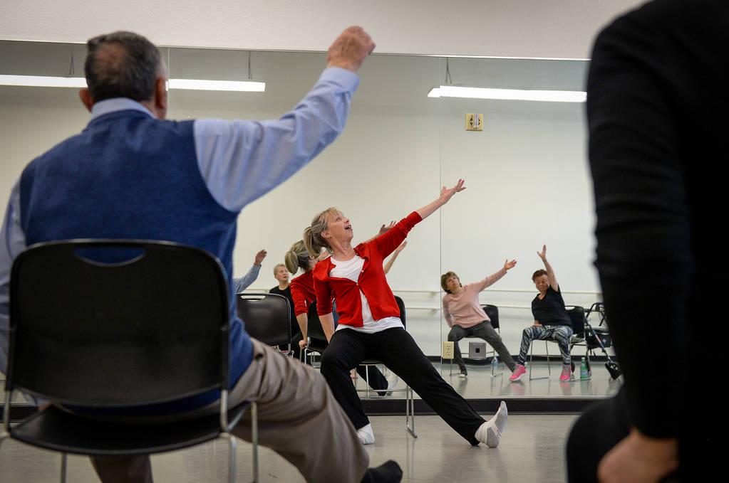 Personas participan en una clase de ballet para personas con Parkinson liderada por Pamela Lapp ...