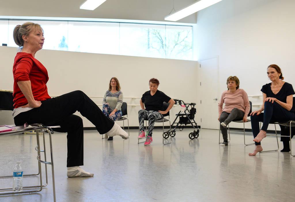 Pamela Lappen dirige una clase de ballet para personas con la enfermedad de Parkinson en el Nev ...