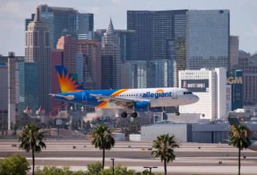 Un vuelo de Allegiant Air se prepara para aterrizar en el Aeropuerto Internacional McCarran en ...
