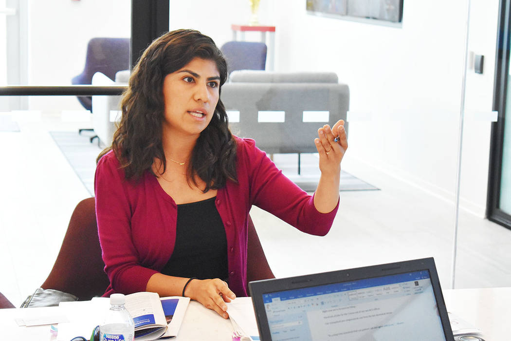 Arlene Álvarez, trabajadora del censo y ex organizadora comunitaria de Mi Familia Vota, señal ...