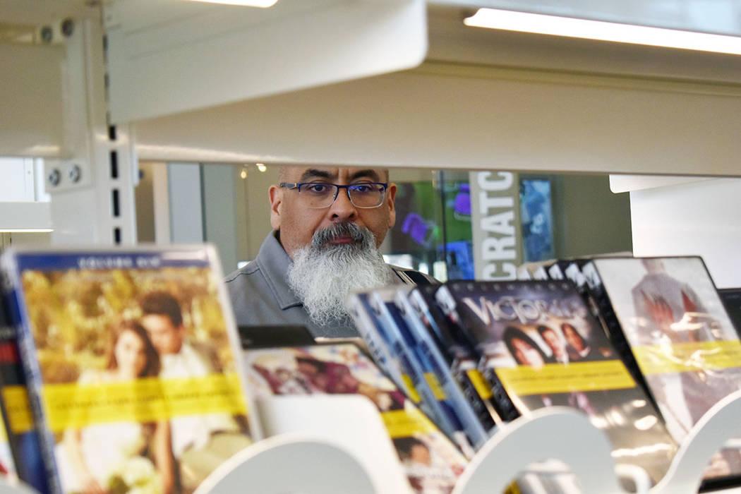 El gerente de la Biblioteca del Este de Las Vegas, Salvador Ávila, otorgó a El Tiempo un reco ...