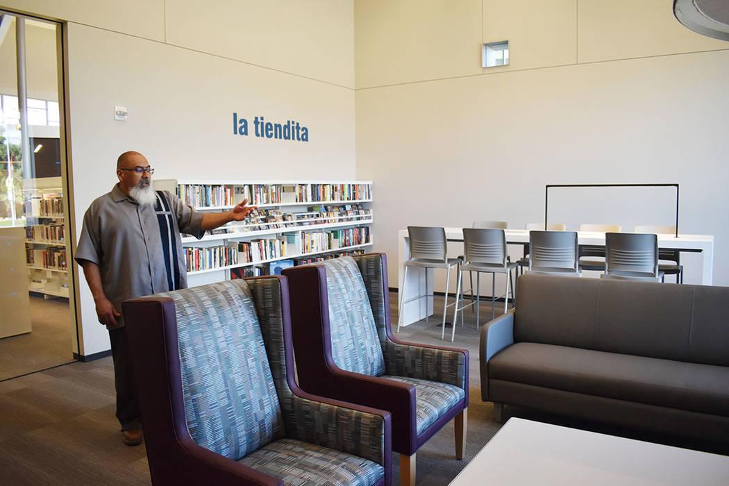 """Área de libros usados """"La Tiendita"""". Lunes 22 de abril de 2019 en La Biblioteca East Las V ..."""