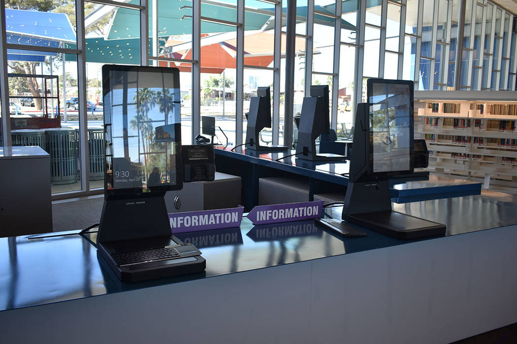 Kiosco de auto-servicio en la entrada con puntos de orientación, información sobre el edifici ...