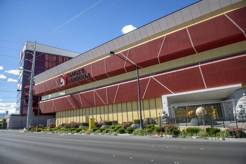 Lucky Dragon permanece cerrado en Las Vegas, el lunes 22 de abril de 2019. (Caroline Brehman / ...