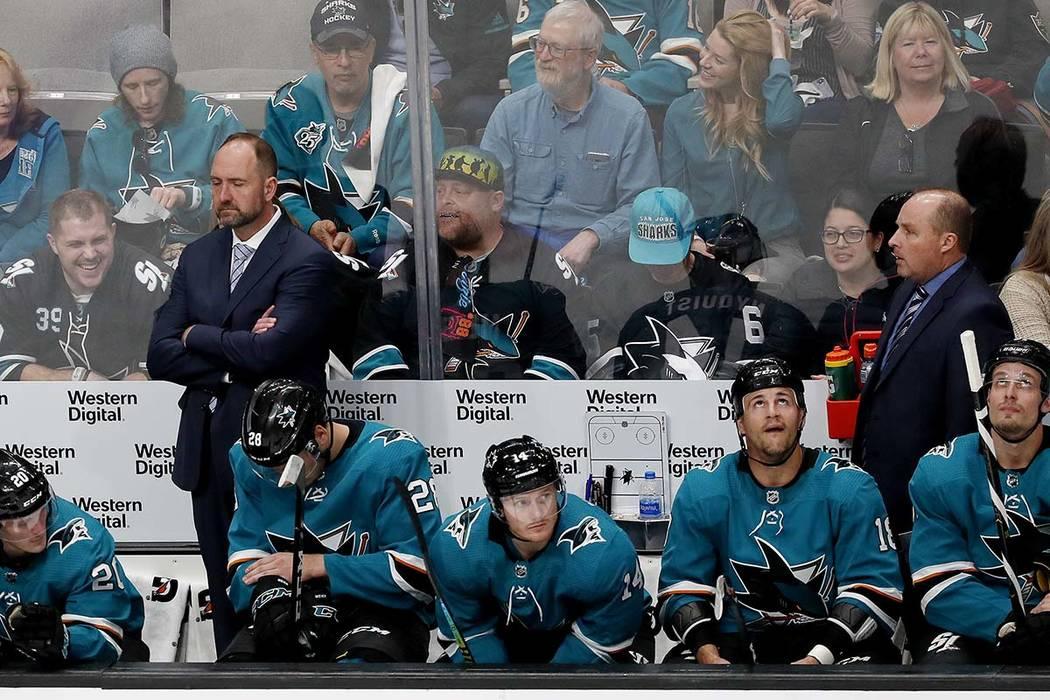 El entrenador de los San José Sharks, Peter DeBoer, atrás a la izquierda, se encuentra en el ...