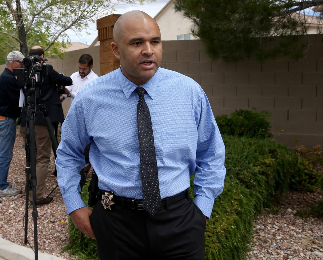 El teniente de homicidios de Las Vegas, Ray Spencer, habla con un reportero sobre un tiroteo en ...