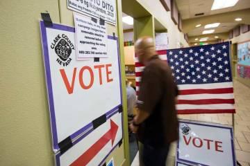 Archivo.- La gente llega a emitir su voto en una mesa electoral en el Centro Comunitario Stupak ...