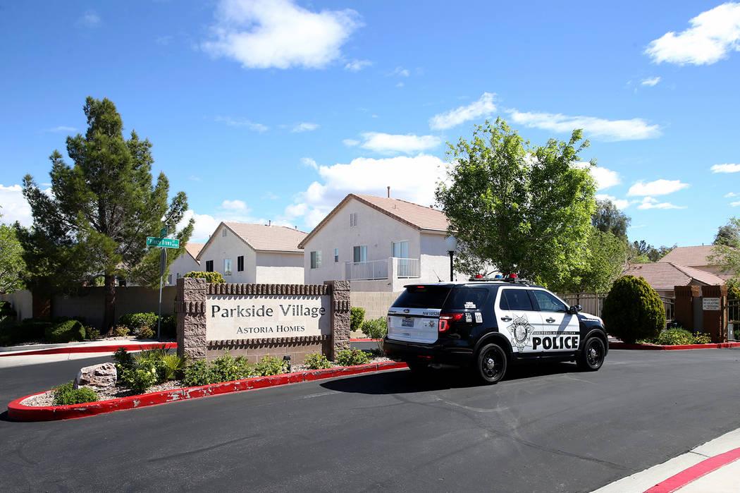 La policía de Las Vegas investiga un homicidio en una comunidad cerrada cerca de las unidades ...