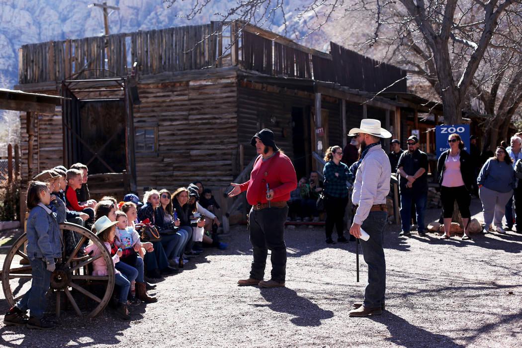 Actores se dirigen a la multitud antes de una presentación en Bonnie Springs en Blue Diamond, ...