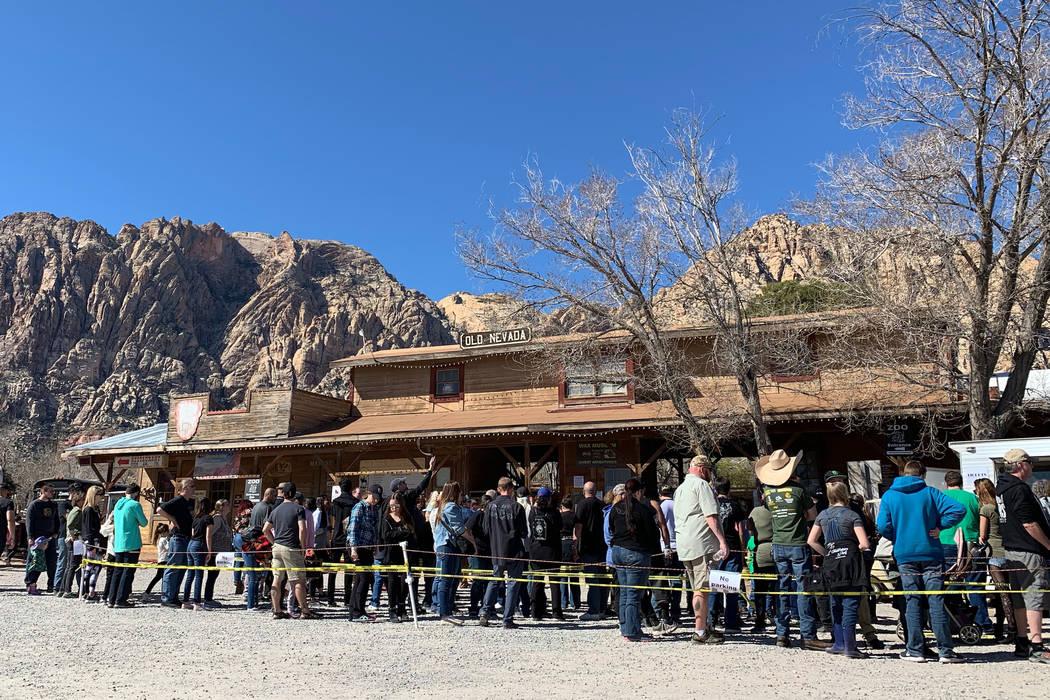 Los visitantes hacen fila para recibir un último viaje a Bonnie Springs Ranch, el domingo 17 d ...