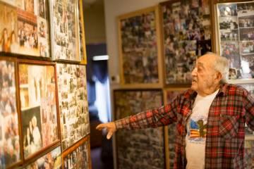 """Onofrio """"No-No"""" Zicari, de 96 años, muestra al Review-Journal fotos de su tiempo en la Segunda ..."""